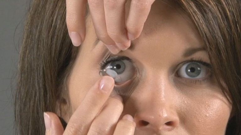How to insert contact lenses